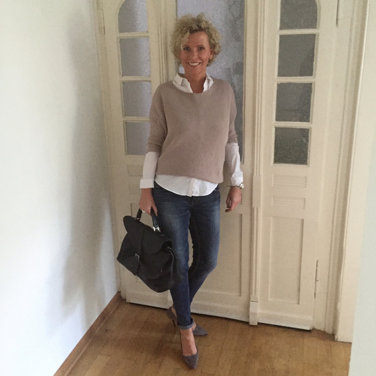 33987ca6e0fe47 oben links: weiße Bluse – Cos, Jeans – Please, Gürtel – Closed, Schuhe –  Patrizia Pepe, Tasche – Vic