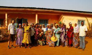 Frauengruppe in einem Dorf