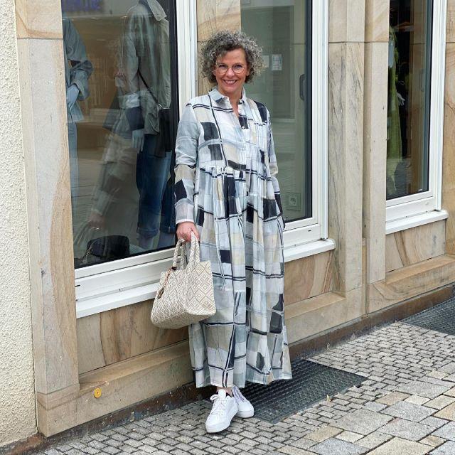 Summerbreeze ☀️ Da hatte ich direkt Lust auf dieses luftig leichte Maxikleid 🤍. Damit es nicht zu kalt wird, Shirt und Leggings drunter - fertig 🤍 Ich hab den Schrank umgeräumt und bin jetzt definitiv fertig mit den warmen Sachen.  Schönen Wochenteiler wünsch ich Euch 🤍 . 📌Werbung📌 Maxikleid @annette_goertz_official  Tasche @anokhifashion  Alle Teile über @kostenbader_mode  . #kleiderliebe #annettegörtz  #german_blogger #easystyle #ü50 #styleover50 #over50style #50plusstyle #ü50blogger #womenwithstyle #effortless #fashioninspo #outfitinspo #styleinspo #bestager #bestager50plus #over50blogger #overfifty #over50 #50pluswomen #fashionover50