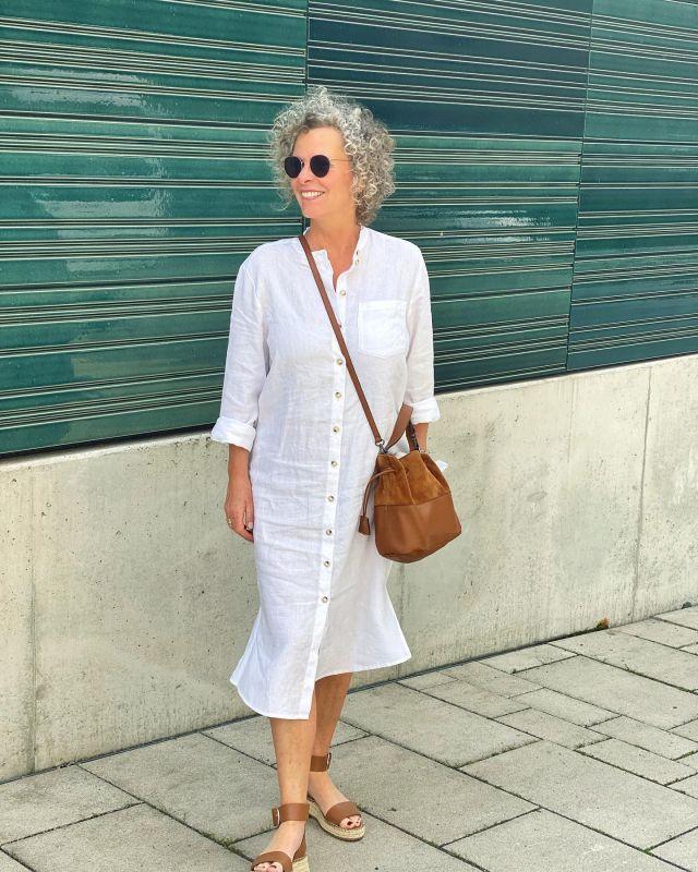 Weißes Leinen und Cognac - Sommer pur, oder?  Ich liebe einfach diese schlichten Looks.🧡 Das Kleid hat eigentlich einen Gürtel (wischt mal nach rechts), aber ich mag es schlicht und gerade am liebsten 🧡 Genießt den Sommer heute.  . 📌Werbung📌 Das Kleid ist von @ouifashionofficial  Tasche von @blingberlinofficial und Schuhe von @zara  . White linen and cognac - pure summer, right?  I just love these simple looks.🧡 The dress actually has a belt (swipe right), but I like it plain and straight 🧡 Enjoy the summer today. . #ouifashionofficial #sommeroutfit #50plus #fashionover50 #women2style