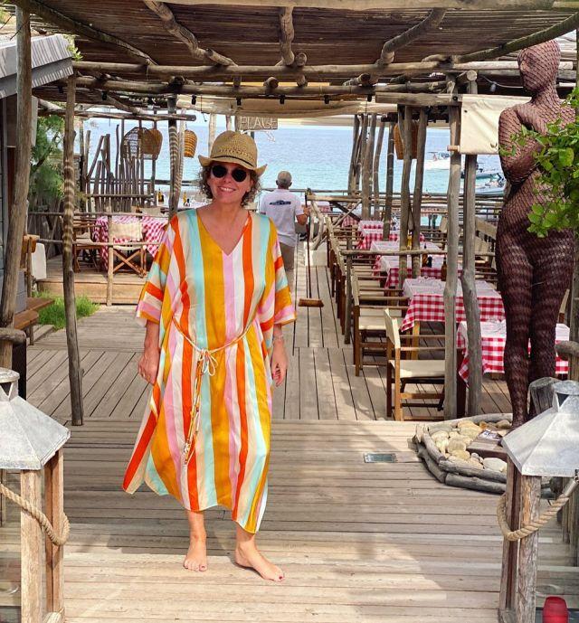Einmal Saint Tropez mit den Füßen im Sand und Rosé in der Hand, Moules- frites genießen - what a dream 💞  Perfekte Umgebung für die farbenfrohe Seidentunika 💃🏼 Sonnige Grüße 💞  . A sunny day with a nice glas of rosé and  moules- frites at the beach 💞 . #holiday #urlaub #sttropez #women2styleontour #reisen #50pluswomen #50plus #fashionover50
