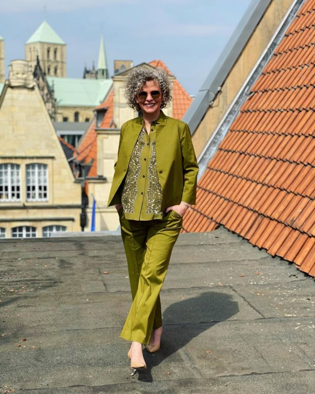 Greenery 💚  . Über den Dächern von Münster 💚 Das nächste Fest kommt bestimmt💚 Habt ein schönes Wochenende 💚 . Werbung  Anzug/Bluse @windsor über @appelrathcuepper_muenster  . Happy Weekend 💚 . #windsor #grün #greenery #appelrathcüpper #women2style #easystyle #ü50 #styleover50 #over50style #50plusstyle #ü50blogger #womenwithstyle  #classy #effortless #effortlesschic #fashioninspo #outfitinspo #styleinspo #bestager #bestager50plus #over50blogger #overfifty #over50 #50pluswomen #fashionover50