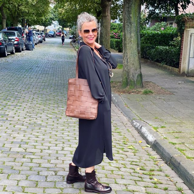 G I V E  A W A Y 👜  Werbung/ /Gewinnspiel/Ad . Ich hab Euch von meinem Besuch letzte Woche in Berlin etwas mitgebracht 👜. Diese schöne Tasche von @blingberlinofficial kann schon bald Eure sein 👜  Ich verlose nämlich nicht nur eine, sondern gleich drei LORENA's in der Farbe coco 👜👜👜 In der Story zeig ich sie Euch noch aus der Nähe 👜 Was ihr tun könnt : 🍀 folgt mir und @blingberlinofficial  🍀 markiert gern 2 Freundinnen, die Lust haben mitzumachen 🍀 hinterlasst mir in den Kommentaren eine 👜 wenn ihr an der Verlosung teilnehmen möchtet . ❗️ Ihr solltet über 18 sein! ❗️Versendet wird nur an eine deutsche Adresse! ❗️Wenn ihr an der Verlosung teilnehmt, erklärt Ihr Euch damit einverstanden, dass Eure Daten für die Versendung weiter gegeben werden! ❗️Sie werden aber nicht gespeichert!  ❗️Die Gewinner*innen werden nach dem Zufallsprinzip ausgelost! ❗️Die Verlosung startet mit diesem Post und endet am Freitag 10.9.21 um 24Uhr. ❗️Die Verlosung steht nicht in Zusammenhang mit Instagram oder Facebook und entspricht natürlich den Richtlinien! Viel Glück wünsch ich Euch 🍀 . 🤎🖤 Autumn vibes in black and brown🖤🤎 . #gewinnspiel #verlosung #blingberlin #taschen #leder #easystyle #ü50 #styleover50 #over50style #50plusstyle #ü50blogger #womenwithstyle #classy #effortless #effortlesschic #outfitinspo #bestager #bestager50plus #over50blogger #overfifty #over50 #50pluswomen #fashionover50 #women2style