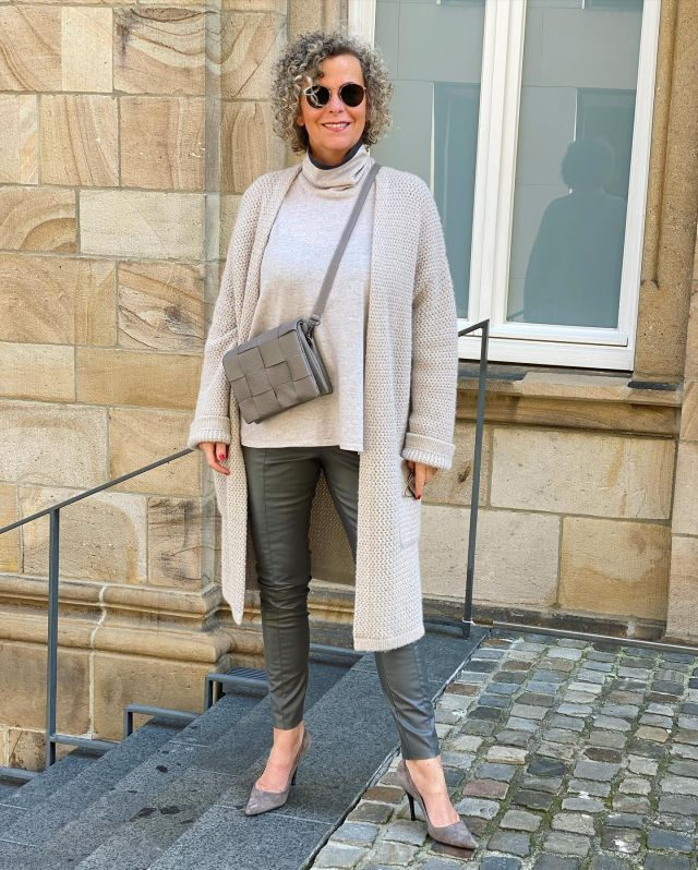GREY *Werbung* Ich hab's ja versprochen!🍀Ich hab Euch noch eine Tasche aus Berlin von @blingberlinofficial mitgebracht! 🍀 Heute verlose ich drei der schönen KAYLA in grau 🍀Die Vorderseite ist auch hier handverflochten 🍀 Sie hat 2 Innenfächer mit Reißverschlüssen und ist erstaunlich geräumig für ihre Größe 🍀 ❗️Wenn Ihr teilnehmen wollt, lasst mir ein 🍀 in den Kommentaren,  ❗️folgt @blingberlinofficial und mir. 🍀Dann kann es losgehen. Wer mag, kann gern eine Freundin verlinken, die vielleicht auch mitmachen möchte 🍀 . ❗️ Ihr solltet über 18 sein! ❗️Versendet wird nur an eine deutsche Adresse! ❗️Wenn ihr an der Verlosung teilnehmt, erklärt Ihr Euch damit einverstanden, dass Eure Daten für die Versendung weiter gegeben werden! ❗️Sie werden aber nicht gespeichert!  ❗️Die Gewinner*innen werden nach dem Zufallsprinzip ausgelost! ❗️Die Verlosung startet mit diesem Post und endet am Samstag, 18.9.21 um 20Uhr ❗️Die Verlosung steht nicht in Zusammenhang mit Instagram oder Facebook und entspricht natürlich den Richtlinien! Viel Glück wünsche ich 🍀 . Shadow of autumngreys 🤍 . . . #blingberlin #taschenliebe #verlosung #gewinnspiel #cleanstyle #easystyle #ü50 #styleover50 #over50style #50plusstyle #ü50blogger #womenwithstyle #classy #effortless #fashioninspo #outfitinspo #styleinspo #bestager #bestager50plus #over50blogger #overfifty #over50 #50pluswomen #fashionover50 #women2style