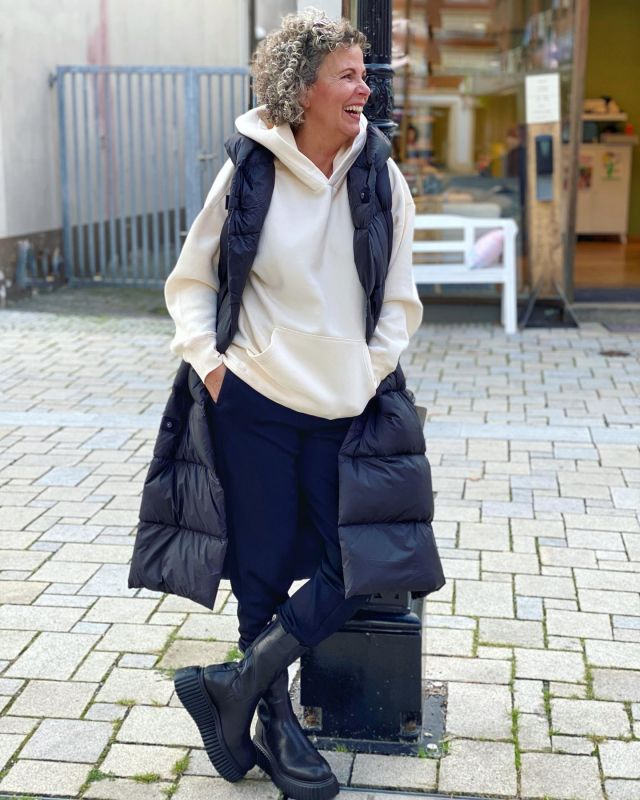 Leger ging es gestern durch den Dienstag. Heute bin ich wieder zum Personal Shopping unterwegs 🤩. Schöne Wochenmitte 🤗 . Casual through the Tuesday. Today I'm on a personal shopping again 🤩. Nice midweek 🤗 . #easystyle #ü50 #styleover50 #over50style #50plusstyle #ü50blogger #womenwithstyle #classy #effortless #fashioninspo #outfitinspo #styleinspo #bestager #bestager50plus #over50blogger #overfifty #over50 #50pluswomen #fashionover50 #women2style