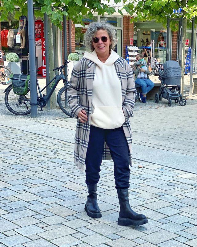 Mantelliebe 🖤  Ich liebe Wollmäntel und irgendwie finden sie mich IMMER 🤩 . *Werbung wg. Namensnennung* Diese Schönheit ist von @windsor und ein lässiger Hingucker, oder?  Ich habe ihn bei @kostenbader_mode in Lüdinghausen gekauft 🖤 Habt ein schönes Wochenende  😍 . I'm in love with coats 🖤 they always find me 🤷🏼♀️🖤 Have a nice weekend 🤗 . #windsor #bestager #lässiglook  #easystyle #ü50 #styleover50 #over50style #50plusstyle #ü50blogger #womenwithstyle #classy #effortless #fashioninspo #outfitinspo #styleinspo #bestager50plus #over50blogger #overfifty #over50 #50pluswomen #fashionover50 #women2style